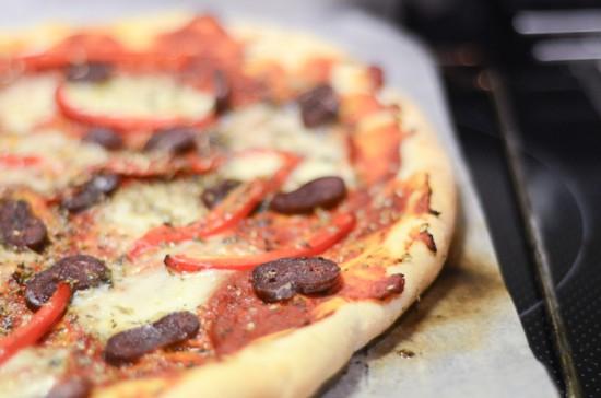 Sprød pizza og tomatsauce på den nemme måde